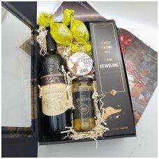 Rinkinys su vynu juodoje dėžutėje